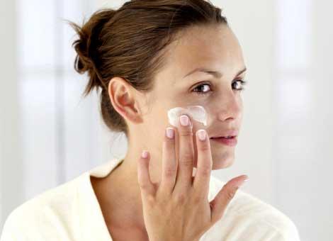 намазывание лица кремом