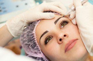 процесс перманентного макияжа бровей