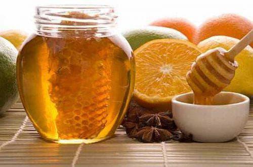 мёд, яйцо и лимонный сок для пилиенга лица