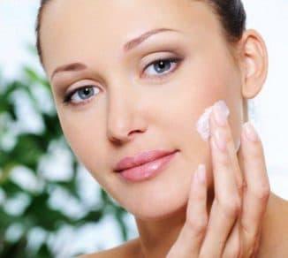 намазывание крема на лицо